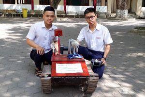 Quảng Ngãi: Hai nam học sinh lớp 12 chế tạo thành công Robot cứu hỏa