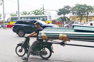 Hoảng hồn những chiếc xe máy cà tàng chở hàng