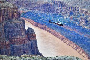 Bay trực thăng ngắm đại vực kỳ thú và nguy hiểm tại Mỹ
