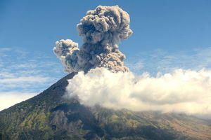 Núi lửa ở Bali phun trào, hàng nghìn du khách có nguy cơ mắc kẹt