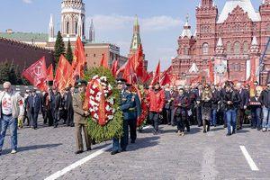 Người dân LB Nga đặt hoa tưởng niệm V.I. Lenin
