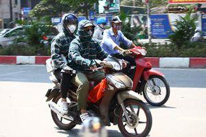 Muôn kiểu tránh nắng nóng của người dân Hà Nội