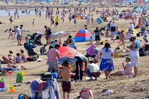 Nắng nóng kỷ lục ở Anh, dân đổ xô ra bãi biển