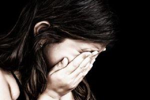 Khởi tố thiếu niên rủ 2 bé gái chơi đánh bài ai thua tụt quần