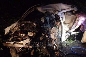 Hòa Bình: Cưa ô tô đưa thi thể 2 nạn nhân ra ngoài sau vụ tai nạn liên hoàn