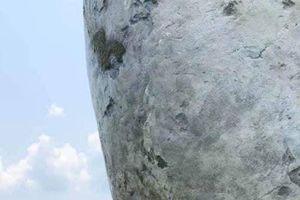 Góc vô ý thức: Thanh niên mặc sơ mi trắng 'vẽ bậy' lên Cầu Vàng gây bức xúc