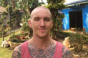 Cố gắng trả lại đồ cho người đánh rơi, du khách Anh bị cạo trọc đầu, giam giữ tại Thái Lan