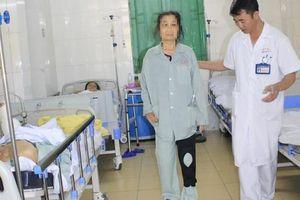 20 năm đau khớp gối, nữ bệnh nhân thoát cảnh phải bò nhờ phẫu thuật