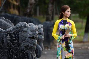 Ngắm sen xứ Huế trên áo dài lụa truyền thống