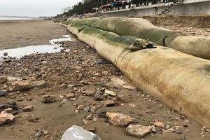 Du khách tiếc nuối vì bãi biển Hải Tiến xuất hiện dải bao cát chắn ngang