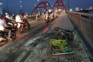 TP. HCM: Xe máy chở trái cây bốc cháy ngùn ngụt, người bán hàng hốt hoảng bỏ chạy