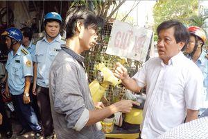 Ông Đoàn Ngọc Hải bị chống đối khi bắt chó thả rông ở Sài Gòn