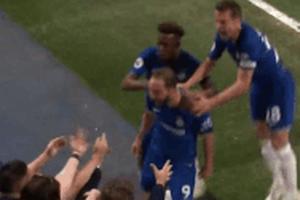 Higuain lao đầu vào ngực CĐV nữ ăn mừng sau khi ghi bàn