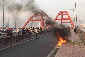 Cháy xe máy trên cầu Bình Lợi, giao thông ùn tắc hơn 2 km