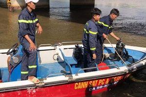 Thanh niên bỏ xe máy giữa cầu đi uống cà phê, hàng chục cảnh sát ngụp lặn dưới sông tìm kiếm