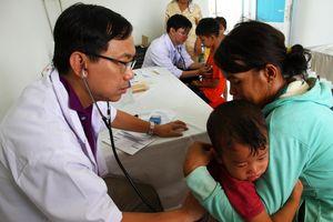 Tây Ninh: Khám bệnh, cấp thuốc miễn phí, tặng quà cho 600 trẻ em các xã biên giới