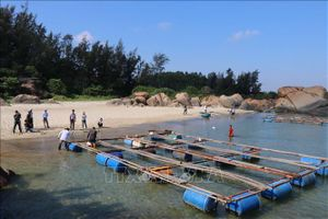 Các hộ dân tháo dỡ lồng bè nuôi trồng thủy sản ở khu vực quy hoạch Dung Quất