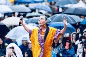 Đoan Trang ăn mặc rực rỡ biểu diễn dưới mưa trước hàng nghìn khán giả Nhật Bản