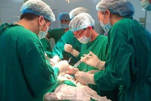 Hoảng hồn nhìn bệnh nhân nhập viện trong tình trạng kéo đâm xuyên ngực