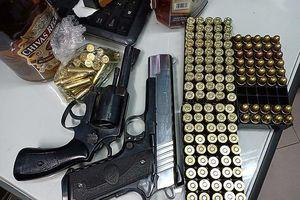 Giữ người mang súng và hàng trăm viên đạn từ biển vào TP.HCM