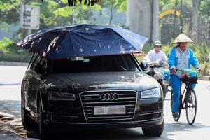 Xe Audi đội ô che nắng giữa trưa nóng trên 40 độ C