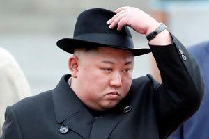 Ông Kim Jong Un mặc âu phục, bước xuống nhà ga vùng Viễn Đông của Nga