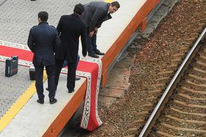 Phút bối rối khi đoàn tàu bọc thép của ông Kim Jong Un lệch thảm đỏ