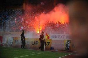 Hà Nội FC nhận án phạt vì để CĐV Hải Phòng đốt pháo sáng trên sân Hàng Đẫy