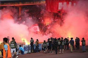 CLB Hà Nội phải đá sân không khán giả vì CĐV Hải Phòng đốt pháo sáng ở Hàng Đẫy
