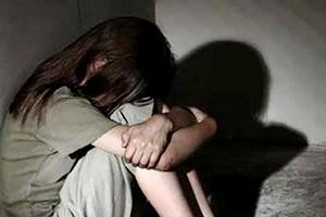 Người mẹ tố ông lão 75 tuổi dùng băng keo bịt miệng, hiếp dâm con gái 11 tuổi