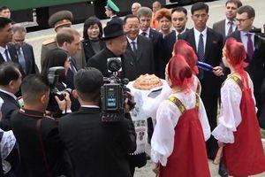 Chủ tịch Kim Jong-un tới Nga, ăn bánh mì muối truyền thống
