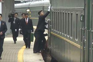 Đội vệ sỹ lừng danh cuống cuồng chạy theo lau cửa tàu chở Nhà lãnh đạo Kim Jong-un