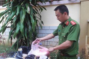 1,5 tấn sụn chân gà nhập lậu bốc mùi thối bị phát hiện ở biên giới Lao Bảo