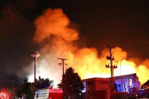 Vẫn đang cháy lớn tại công ty nệm ở Bình Dương sau bốn giờ dập lửa bất thành