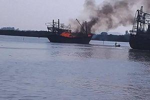 Tàu cá bất ngờ bốc cháy dữ dội, thiệt hại hơn 1 tỷ đồng