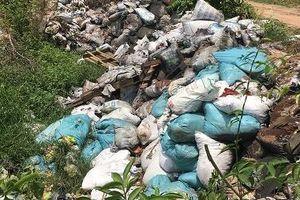 Phát hiện đối tượng đổ trộm hàng tấn chất thải nguy hại