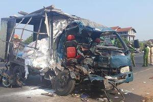 Xe container va chạm xe tải rồi tông sập nhà dân khiến 3 người thương vong