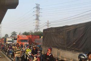 Dòng người 'đánh vật' với kẹt xe, nắng nóng trên xa lộ Hà Nội