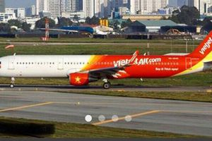 Máy bay bị bong ốp cánh khi hạ cánh xuống sân bay Cát Bi
