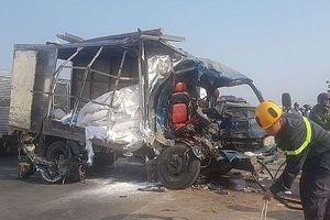 Xe container tông nát xe tải, sập nhà dân khiến 3 người thương vong