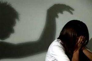 Khởi tố gã đàn ông dâm ô với cháu gái của cha nuôi