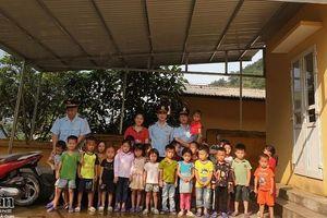 Hải quan Bắc Phong Sinh tặng quà tại điểm trường mầm non