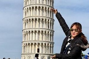 Những kiểu check- in độc, lạ bên tháp nghiêng Pisa