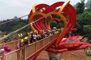 Độc đáo cây cầu kính tình yêu 5D đầu tiên ở Việt Nam