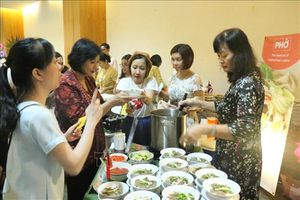 Phở Việt Nam 'đắt hàng' tại Hội chợ Thực phẩm từ thiện ASEAN