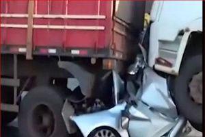 Ô tô bẹp rúm kẹp giữa 2 xe tải sau tai nạn kinh hoàng và điều thần kỳ với tài xế
