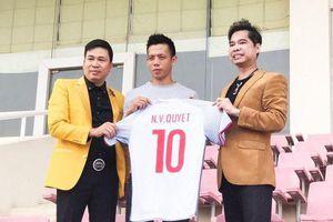 Xem Ngọc Sơn 'mở hàng' trào lưu tập thể thao ở sân bay