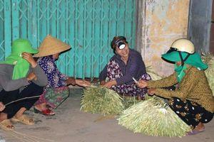 Độc đáo chợ nón lá Gò Găng chỉ họp giữa đêm