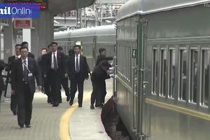 Nhóm vệ sĩ lau cửa đoàn tàu, chạy bộ theo xe bọc thép chở ông Kim Jong-un tại Nga
