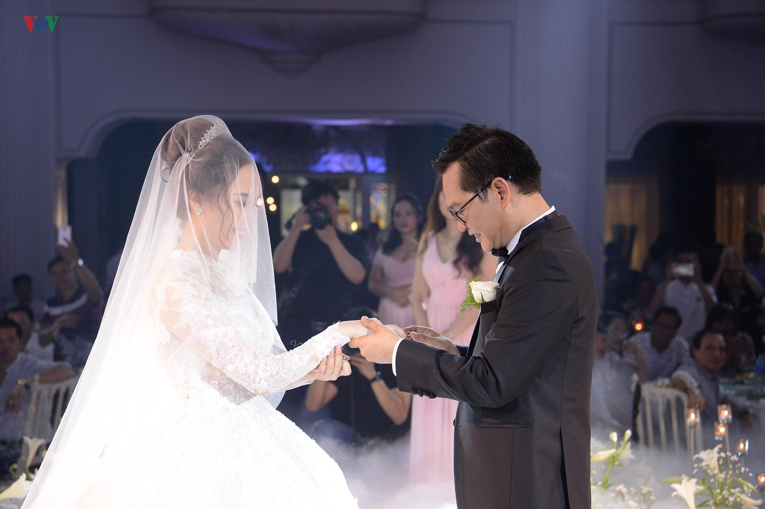 NSND Trung Hiếu ôm chặt vợ kém 17 tuổi trong tiệc cưới